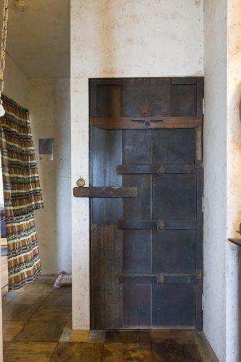 ドアはすべてHandiHouse projectと合作の作品。3カ所あるトイレ内部もすべて内装が違っている。