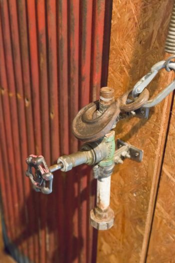 ドアの取っ手はすべて髙木さんのオリジナル。「錆び具合に惹かれる」というトタンも活用。