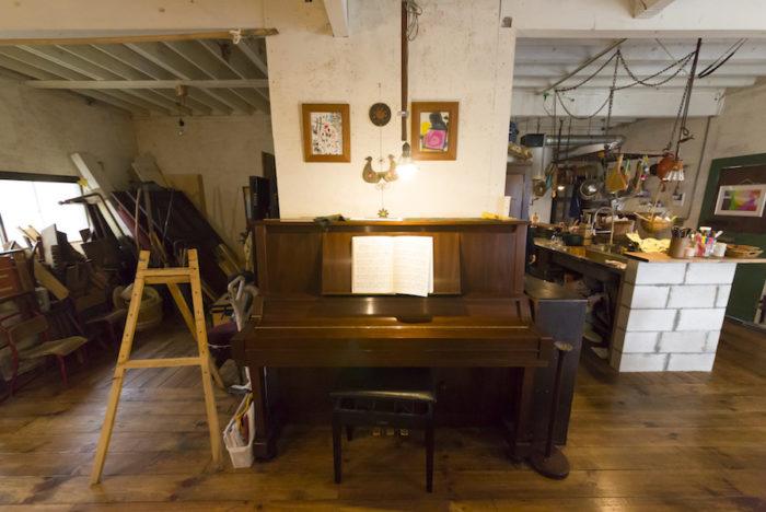 お子さんが弾くピアノの上に飾っているのは、画家であるお父様と次男君の作品。左側は材料置き場。