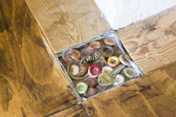 レントゲン室の鉛を使い、ボタンなどを埋め込んだものを床にコラージュ。