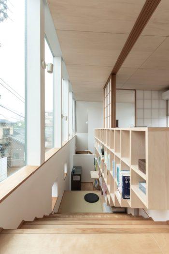 一般的な階段サイズよりも45cm広く取ることで、階段でもあり居場所でもある場所になった。