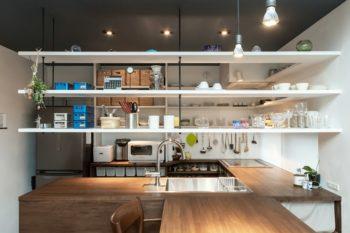 キッチン・吊り棚・レンジフード・ダイニングテーブルなどはすべて大工による造り付け。