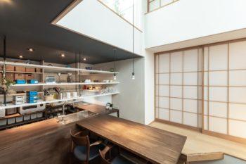 壁は珪藻土仕上げ、キッチンの天井には土佐和紙が貼られている。