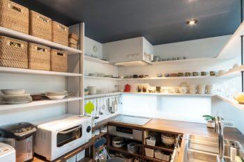 棚がぐるりと回り込んだ棚のデザインが特徴的なキッチンスペース。