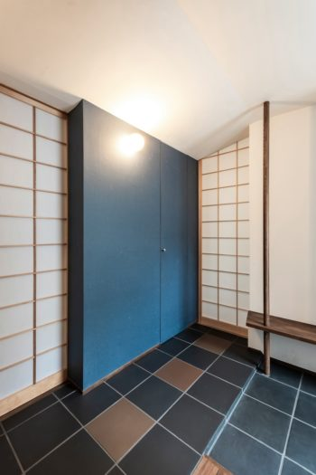 1階玄関の右手には尾崎さんのご両親の部屋がある。タイルの色が異なる部分は飛び石のイメージ。