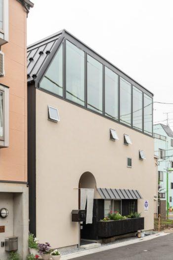 1階の庇と花壇のデザインは尾崎さんのお母様の要望からつくられた。通りがかった友人とも窓越しに気軽に会話できる。