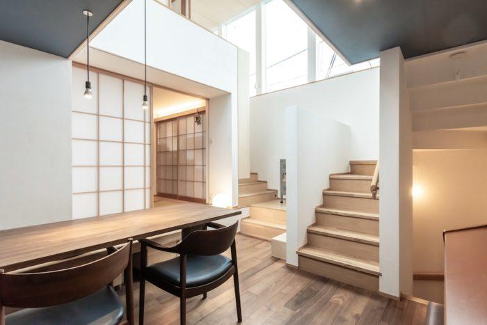 尾崎さんはロフトスペースへと昇る階段にクッションを敷いて座ることがあるそう。全体が見渡せて気持ちがいいという。