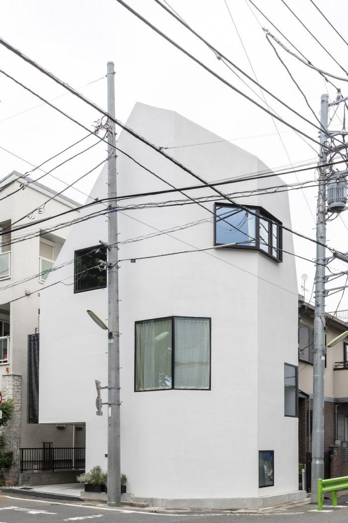 形状は法規によってかなりの部分が決まっているが、開口の位置や形状は青島さんのデザインによるもので、外観にオリジナルな表情を与えている。