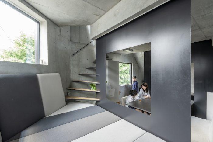 道路側につくられたこのスペースは、家族のくつろぎのスペースであるとともに上の寝室、テラスに向かうための廊下的なスペースでもある。空間化された家具は家具デザイナーの藤森泰司氏によるもの。空間を区切る鉄の壁は9㎜の厚みがある。