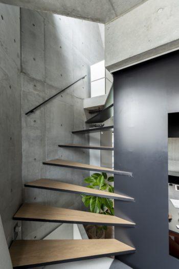 寝室へと昇る階段は、一方をコンクリートにアンカーで止め、一方を鉄板に溶接している。
