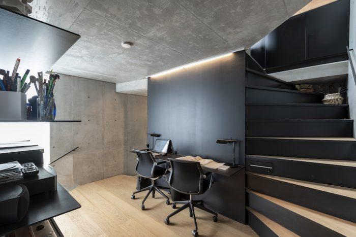 2階の書斎スペース。鉄板にテーブルと棚が溶接されている。