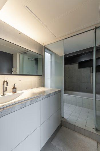 洗面スペースもさくらさんによるデザイン。