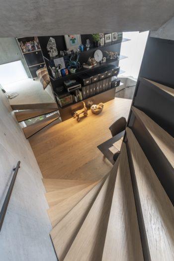 階段途中から2階の書斎スペースを見る。