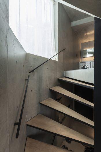2階へと昇る階段。