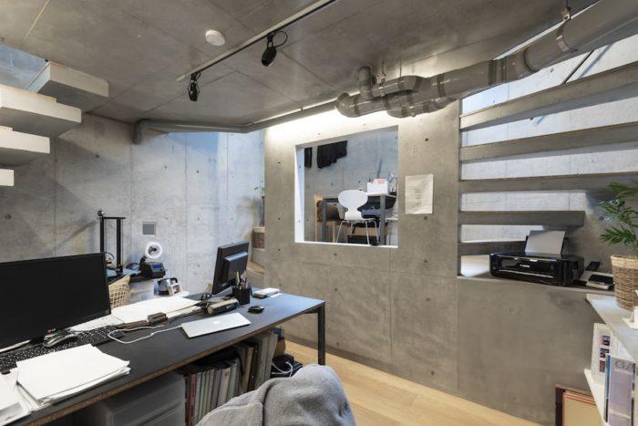 地下の青島さんの事務所スペース。RCだが3階と同じように壁に穴が開けられている。