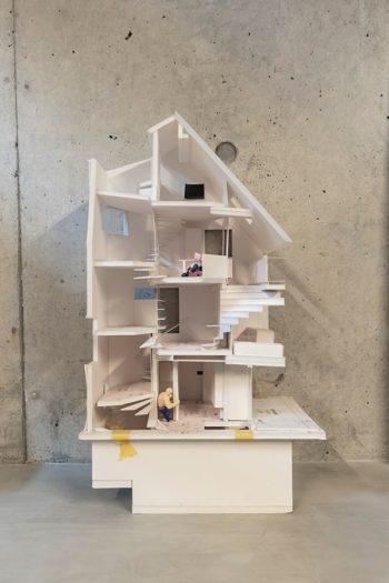青島邸模型。3階建てだが地下を含めると12の床レベルがある。