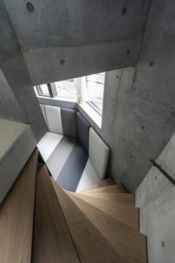 3階と最上レベルを結ぶ階段。