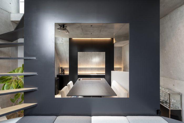 キッチンの壁側部分と鉄板の壁に沿って照明が入っており、夜間に点灯するとバーのような雰囲気に。照明デザインは東海林弘靖氏によるもの。キッチン部分の照明には防水ライトを使用している。