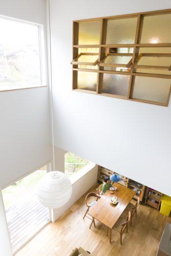 丸いランプシェードはイサム・ノグチのもの。「家の真ん中に太陽があるイメージです」。