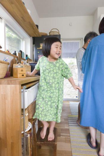 コーヒー豆を挽くお手伝いが上手にできてご機嫌の春ちゃん。キッチンの小物の収納にはカゴが活躍。