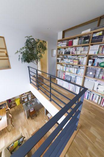 吹き抜けに沿った廊下には壁一面に本棚を作った。本棚の上に明り取り用の窓を作った。