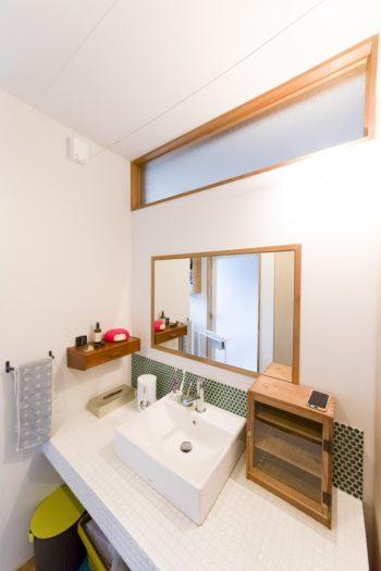 洗面所は四角いフォルムのものが多い。壁の引き出しは、北欧のアンティークの引き出しを自分でビス留めして据え付けたのだそう。