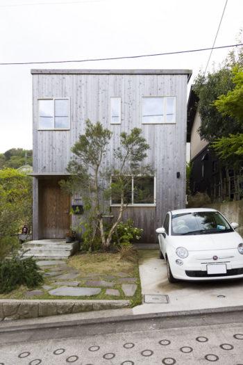 月日とともに木の外壁がだんだんとシルバーに変わっていく。愛車は福島で購入したのだとか。「少しでも税金が福島に落ちるといいなと思いました」
