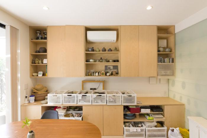 アトリエ内にある収納棚は全て造り付け。扉付きとオープン棚とで、見せる収納と隠す収納が絶妙なバランス。