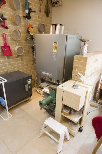 電気陶芸窯が2台。大型の窯は還元焼成も可能。煙突は不要で、適切な能力の換気扇を付ければ一般家庭でも気軽に設置できる。