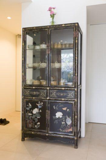 「若い頃に『大中』で購入しました」(奥さま)という中国の整理棚。ご主人の作品ともマッチする。