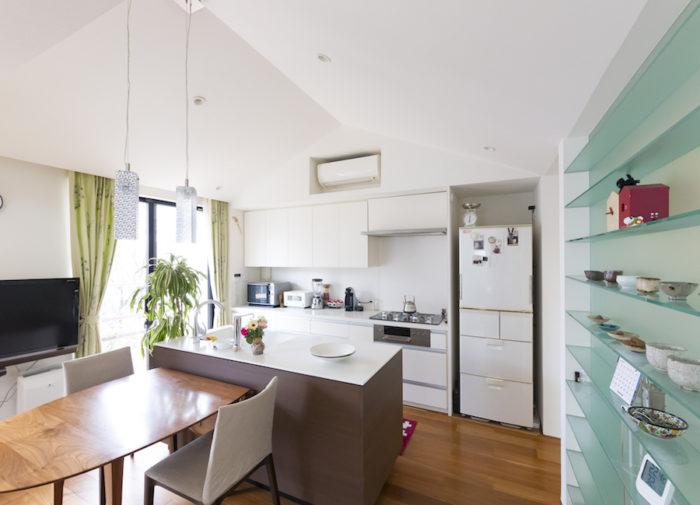 コンパクトなアイランドキッチンは部屋のサイズに合わせてオーダー。ダイニングテーブルもオリジナルでデザインし、家具職人が制作。イデーの椅子にかけられたカバーは奥さまのお手製で、猫の爪とぎ防止に。