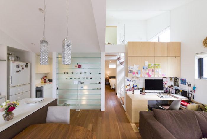 飾り棚の後ろ側が吹き抜け。右側の廊下の奥が寝室、左側が洗面や浴室へとつながる。デスク部分は奥さまの仕事スペース。