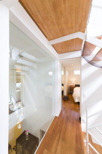 左側が吹き抜けで、1階を見下ろすことができる。右側は1階とロフトへとつながる階段。