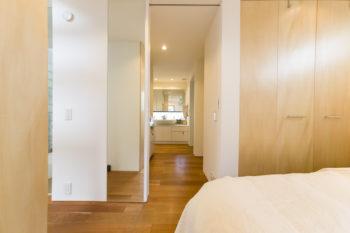 寝室から洗面スペースを見る。左側中央が吹き抜け。