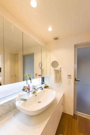 2人が並んで使用できる広めの洗面スペース。立ち上がりの部分に貼ったモザイクタイルは、奥さまが選んだ。