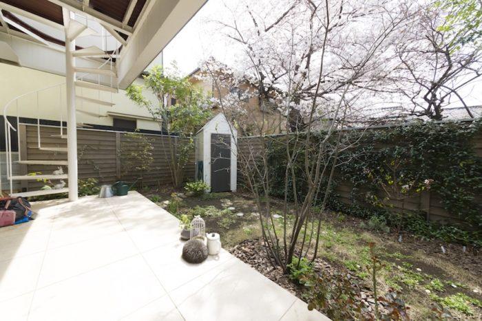 板塀で囲まれたフランス田舎風の庭。「特にバラが好き。お手入れが大変なところが楽しい」(奥さま)と、土や肥料にこだわって育てているそう。