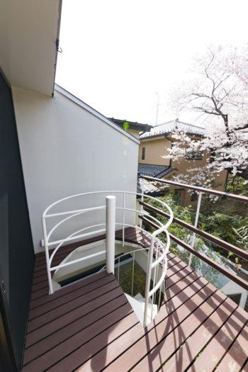 「LDKから続くウッドデッキのらせん階段を下りれば、すぐに庭に出られるので便利です」(奥さま)