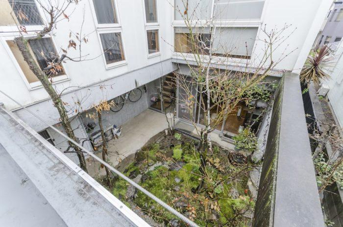 2階ベランダからの見下ろしの庭。小さな箱庭のよう。