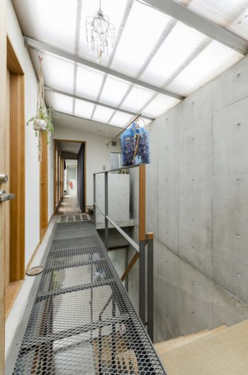 2階通路の床は光を通すよう、一部エキスパンドメタルを使用。
