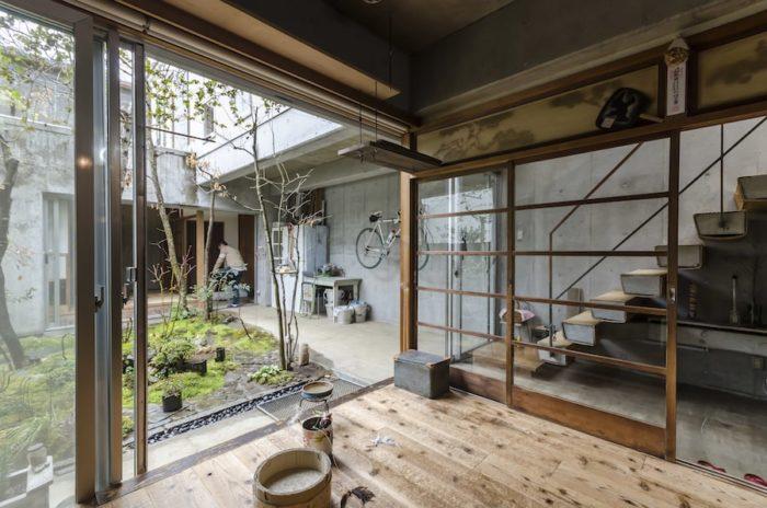 リビングから通路を見る。建具を開け放てば庭も含めてひとつの空間に。