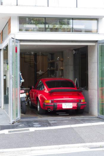 80年代のポルシェ911をイン。ガラスのドアを開け放てば、開かれた空間に。