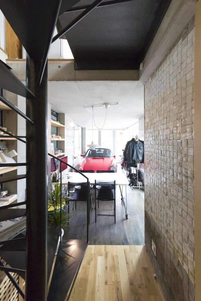 ガレージ兼打ち合わせ場所としているエントランスホール。車を出せばイベントスペースやギャラリーとしても使える。