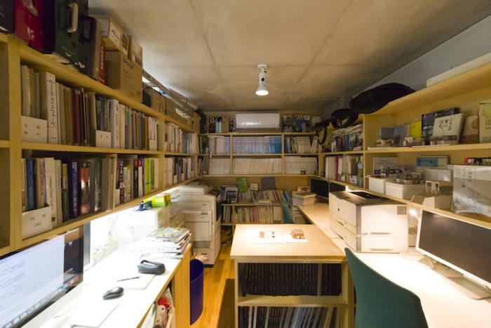 6畳の事務所は無駄なく使えるよう棚、机を造り付けにした。こじんまりと収まっていて仕事の効率もいい。