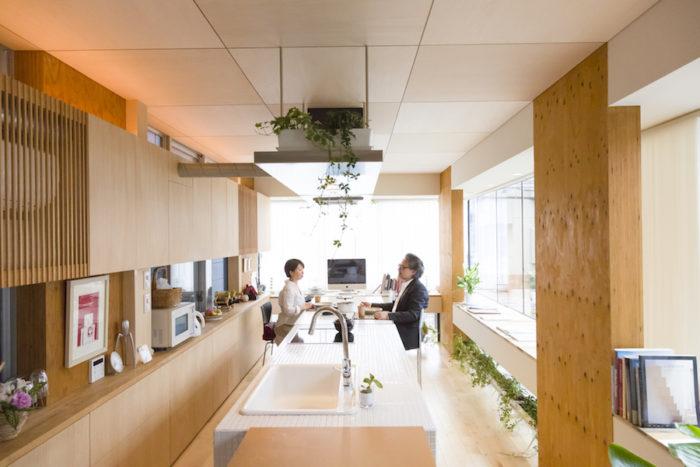 2階の明るいDK。キッチンをテーブル替わりにすれば、大人数で集うことができる。出窓のガラスは断熱性の高いLow-E耐火ペアガラスを採用し、夏も冬も快適。