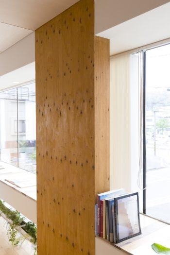 木の表情も楽しめるLVL(ラミネイティッド・ベニア・ランバー)。出窓の天板にはフローリング材のサンプルを寄せ木のように使用。