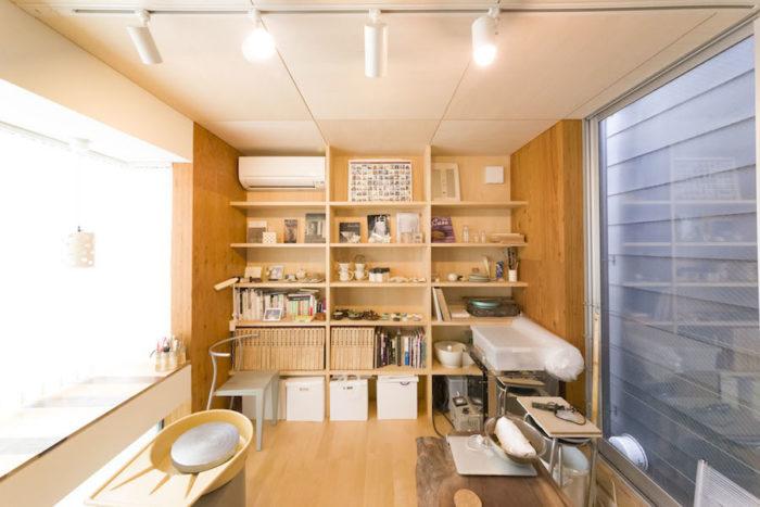 2階の直子さんの工房。ここでは自身の作陶に没頭できる。バーチの床に、棚はシナベニヤで。
