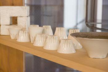 陶磁器を素材に、器や茶道具、立体作品を制作。