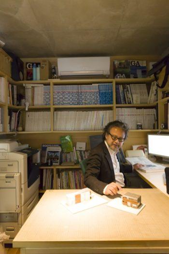 建築家(一級建築士)・中村高淑さんのアトリエ。造付けの3人分のワークデスクや資料棚によって作業効率のよい執務空間となっている。