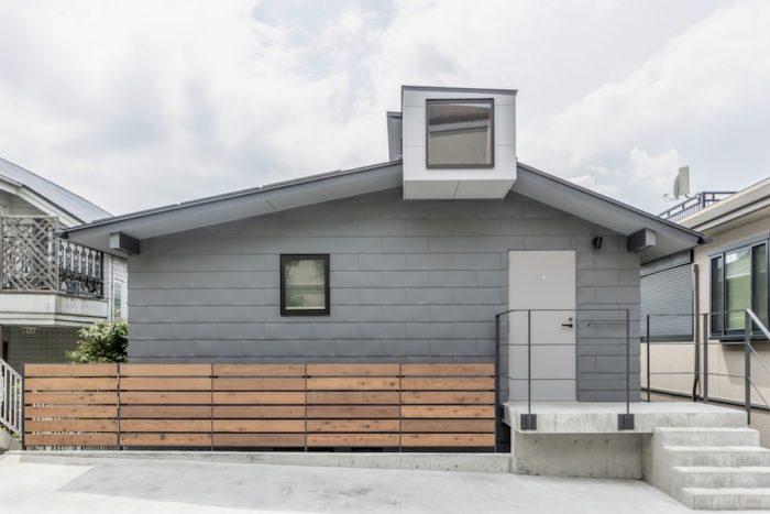 外壁はガルバリウム鋼板の横葺きで落ち着きのあるシックな印象。キールトラスの部分が屋根から突き出ている。