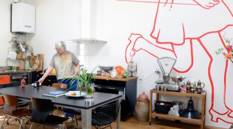 パリ郊外のアーティストの家屋根を取り外し、中庭を作って自由を得るという選択